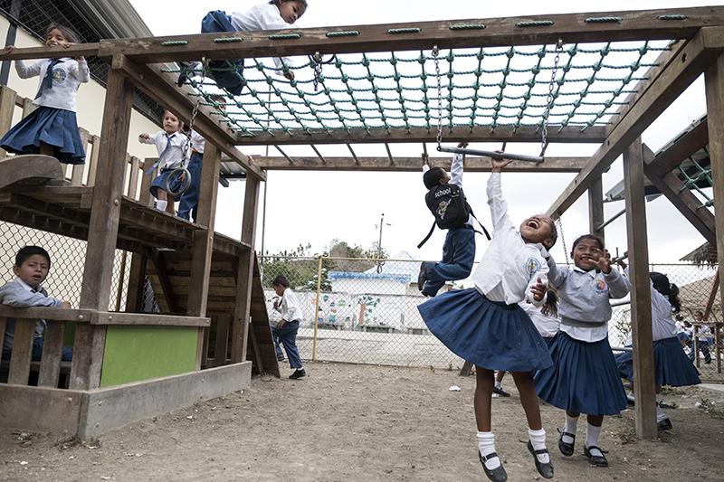 Bambini giocano all'intervallo nella scuola di Coaque, supportat